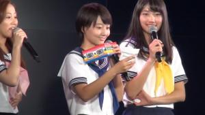 ▲新井愛瞳さんがシリアルコードで スペシャル360度動画ダウンロードができることを予告!